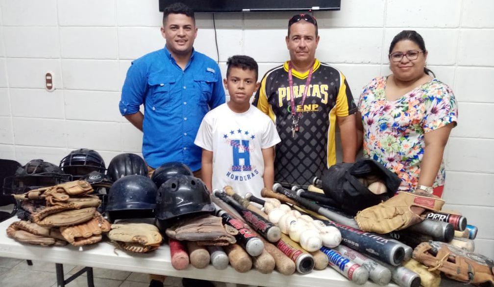 Recibimos donativo de implementos deportivos para alumnos de la escuela de béisbol.