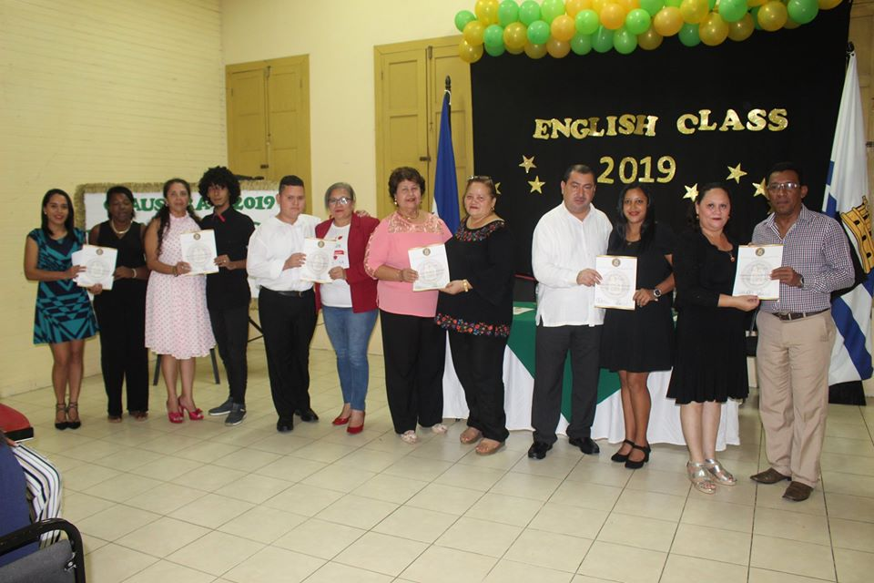 Entregamos Diploma de Ingles a 142 personas, después de 10 meses de estudio.