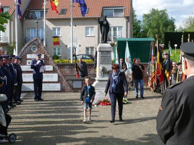 Evelyne Rigollet remet la gerbe de la commune de Vraux au monument de la 1ère guerre.