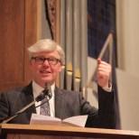 """Ds Koos Staat, oud-DmB-predikant, leest 2 Koningen 6 """"De drijvende bïjl"""". We gooien het bijltje er niet bij neer, aldus ds Staat."""