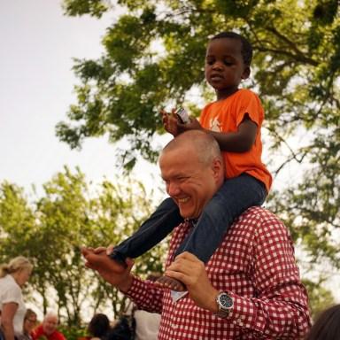 Een kiekje van mij en mijn zoon Sim in de pastorietuin. Fotograaf Erik Hijweege heeft deze foto onopvallende genomen :-)
