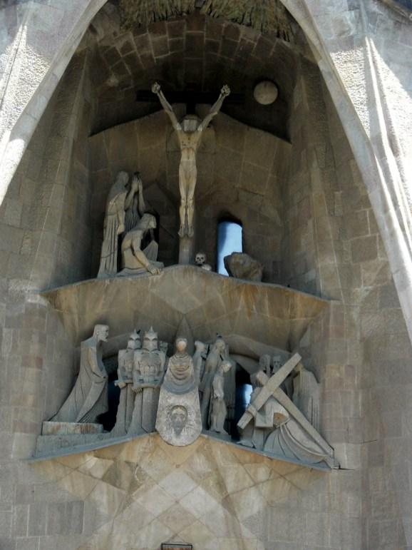 De kruisiging van Jezus Christus, boven de hoofdingang (foto: R.J. van Amstel, 2011)