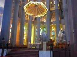 Binnen in de Sagrada Familia doet de symmetrische schoonheid van de kerk pijn aan de ogen (foto: R.J. van Amstel, 2011)
