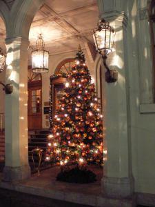"""Ein edel geschmückter Baum aus dem Hause Wanner begrüßt die Gäste des Baseler Grandhotels """"Les Trois Rois""""."""