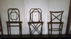 Namesto razstavljanja cele vrste pomembnih starinskih stolov, so poudarek preusmerili na njihove sence.
