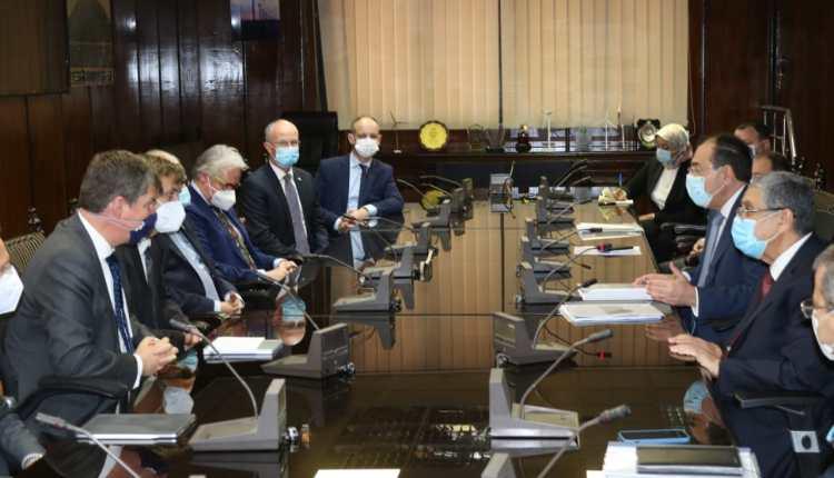 وزيرا البترول والكهرباء أثناء الاتفاق على مشروع الهيدروجين الأخضر