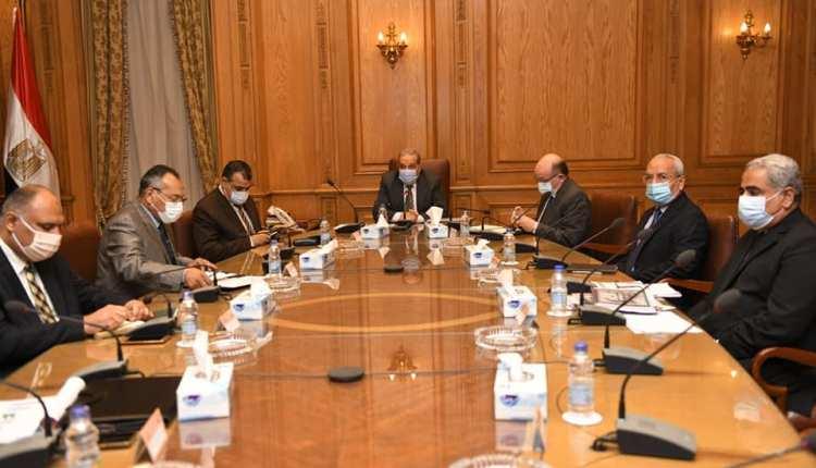 وزير الدولة للانتاج الحربي خلال اجتماع مع الشركات التابعة