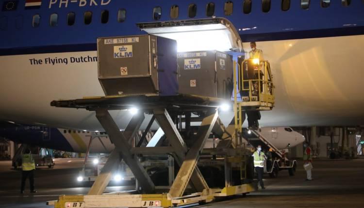 استقبال كميات من لقاح أسترازينيكا بمطار القاهرة الدولي