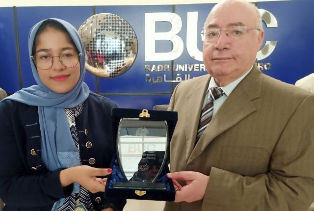 جامعة بدر تكرم طالبة كلية اللغات لحصولها على بطولة الجمهورية في الكيك بوكسنج