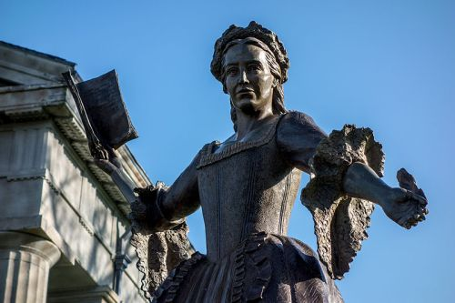 Mercy_Otis_Warren_bronze_statue_at_Barnstable_County_Courthouse