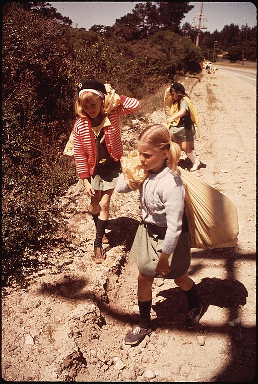 KEEP_AMERICA_BEAUTIFUL_DAY._GIRL_SCOUTS_REMOVING_LITTER_FROM_SALINAS_-_NARA_-_543177