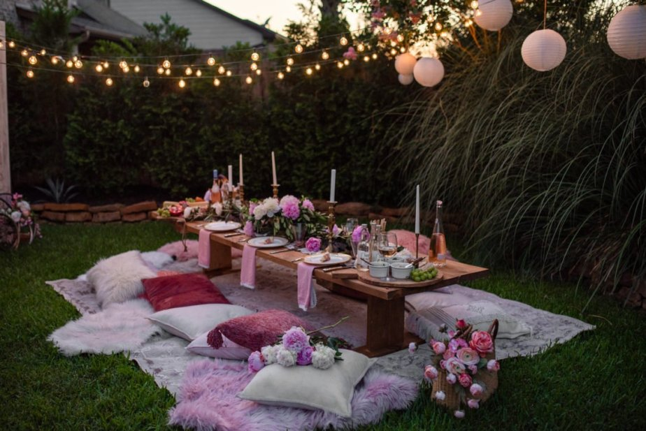 How to host a summertime outdoor party!