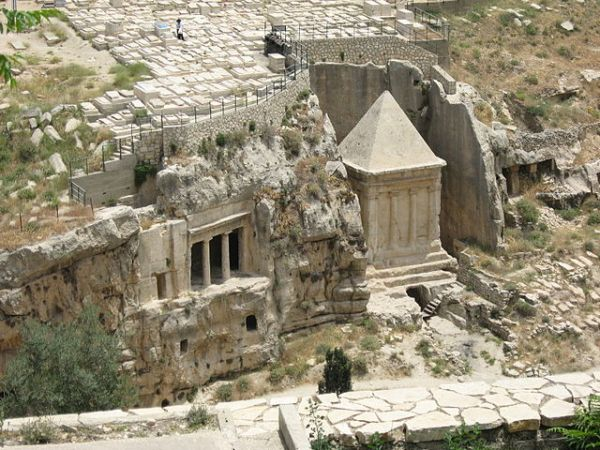 The tombs of Bnei Hezir and Zechariah in the Kidron Valley in Jerusalem. Photo by Wikipedia user Oren Rozen