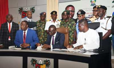 Lagos civil servants on Thursday accorded Governor Babajide Sanwo-Olu and his Deputy, Dr. Obafemi Hamzat, a rousing welcome as they resumed work at the state secretariat, Alausa, on their first working day after being sworn in.