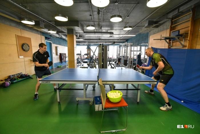 В офисе есть собственный спортзал. В середине дня можно уйти на тренировку по теннису и на йогу