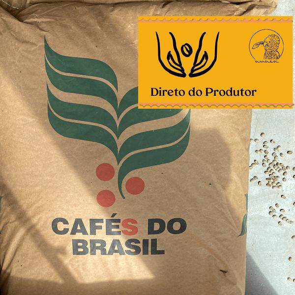 Fotografia de uma saca de grãos crus de café com o ícone Cafés do Brasil estampado