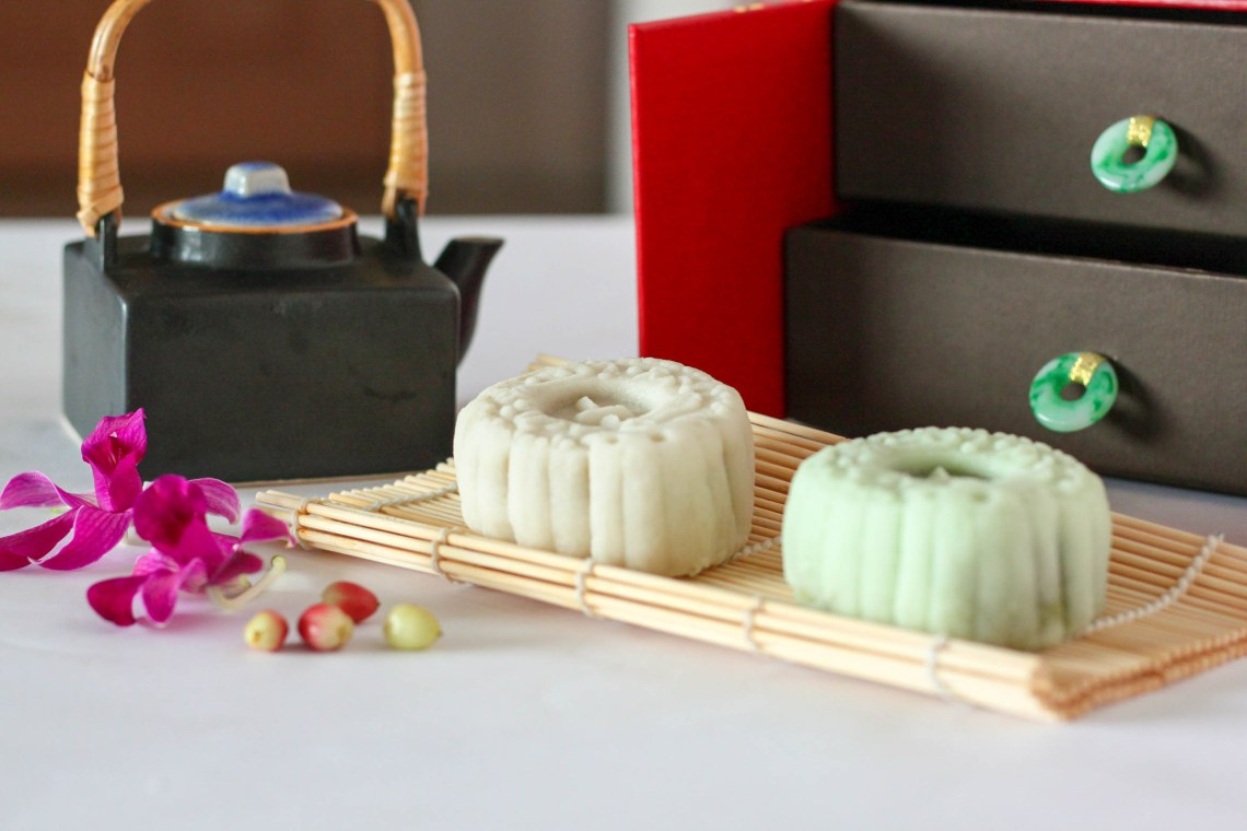 The Fullerton Hotel_White Lotus Seed Paste with Egg Yolk Snow Skin Mooncake_2
