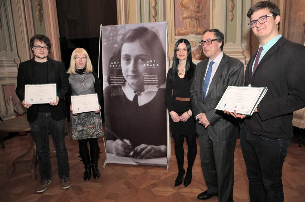 Jakob, Polona, Monika in Jure z veleposlanikom ob prejemu certifikatov.