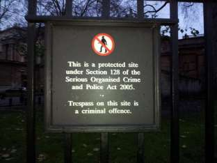 Sign on the fence to Buckingham Palace
