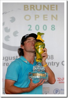 Australia's Rick Kulacz kisses his trophy after winning the Brunei Open 2008 in the capital of Bandar Seri Begawan August 24, 2008. Kulacz beats Taipei's Lu Wen-teh in a play-off after both players finished on 13-under-par 271 and claiming the prize money of USD47,550. Ahim Rani (Brunei)