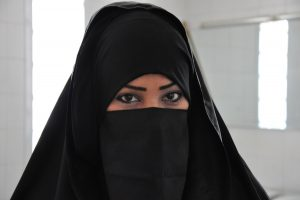 perempuan menggunakan niqab