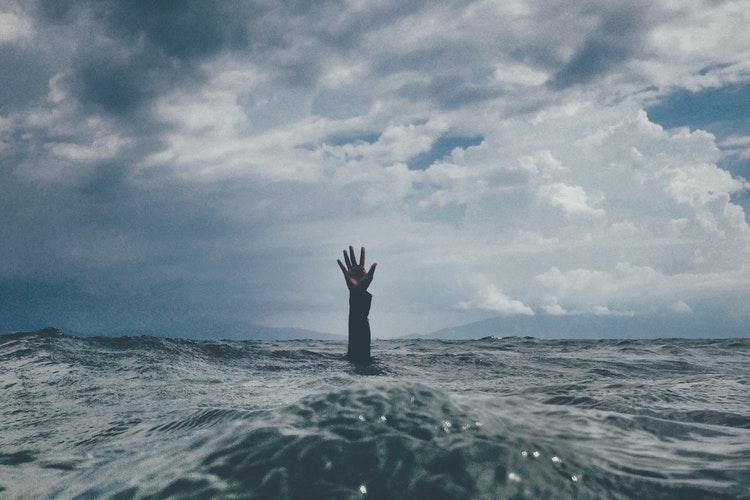 Ilustrasi orang tenggelam, sumber unsplash @nikkotations