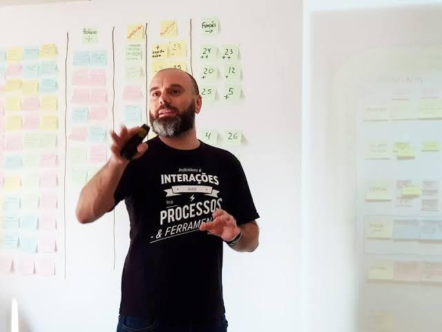 Fabio Cruz é um profissional com quase 30 anos de atuação no mercado tecnológico. Atualmente trabalha com consultoria em metodologias e frameworks de desenvolvimento ágil, como SCRUM por exemplo. Fonte: http://fabiocruz.com.br/fabiocruz/: