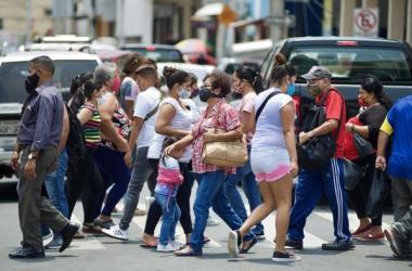 La capital del país, Quito, sigue a la cabeza de los positivos y suma 54.822 contagios, 123 nuevos respecto al domingo, mientras que la segunda urbe, Guayaquil, alcanza los 15.321 casos, 13 inéditos.