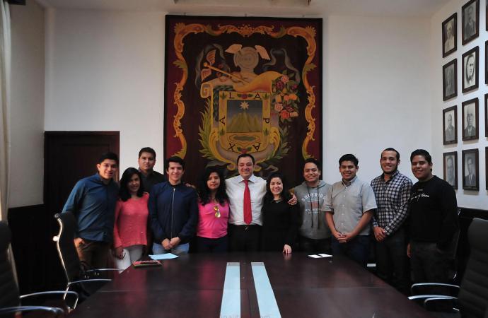 Respalda Américo Zúñiga al Grupo Cultural Búhos de la UV