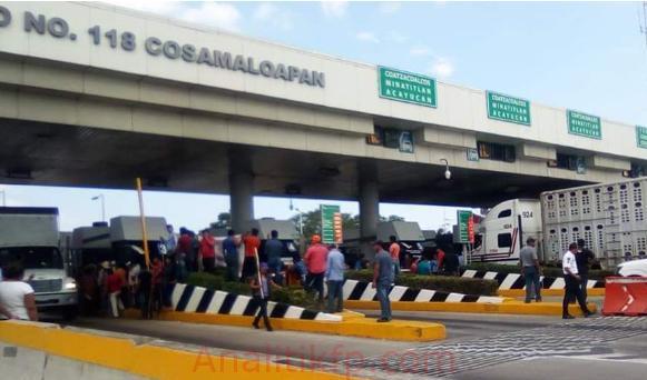 Tabasqueños levantaron pluma de la caseta de Cosamaloapan