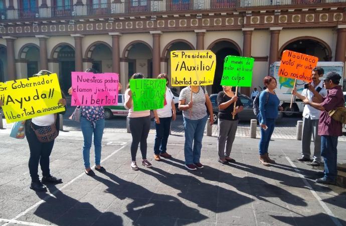 Esposas de policías naolinqueños desesperadas y desamparadas por alcalde y autoridades