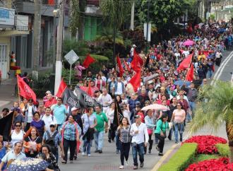 Marcha del SETSUV por solicitud de incremento salarial a STPSYP,  UV y Gobierno