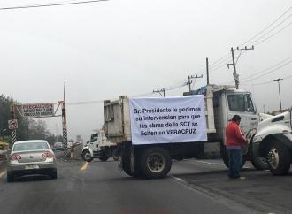 Constructores bloquean la carretera Xalapa-Veracruz para hacer un llamado a la SCT para que hagan las licitaciones en el estado y no en México