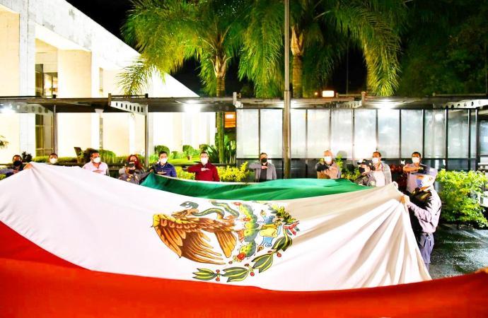 Congreso local, iza y arría Bandera Nacional en memoria de fallecidos por COVID-19