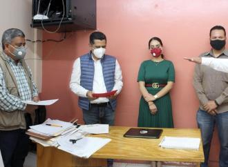 Con la presencia del alcalde de Teocelo, Mario Antonio Chama Díaz, toman protesta al nuevo Oficial del Registro Civil, Víctor Hugo Zavaleta Anell