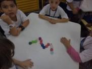 Agrupando ,contando,comparando e criando com tampinhas e palitos