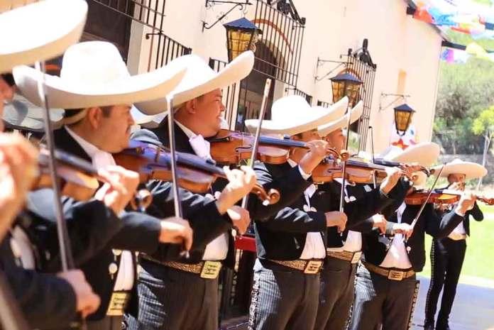 Un mariachi entonó las mañanitas, entre tantas y tantas bellas melodías mexicanas