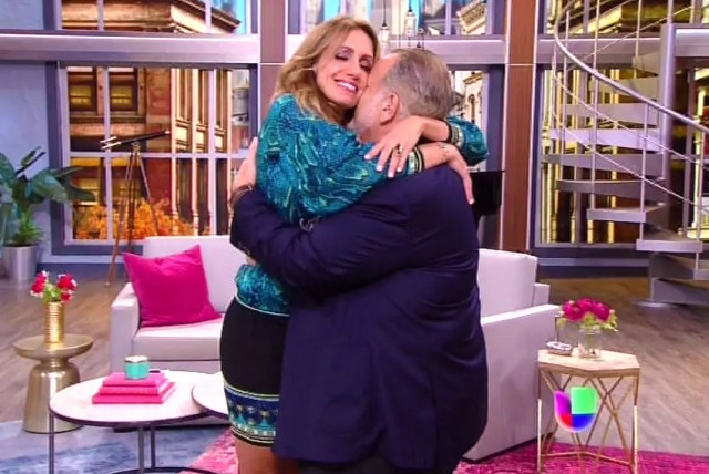Lili Estefan regresó a su show fundiéndose en un abrazo con su compañero Raúl de Molina