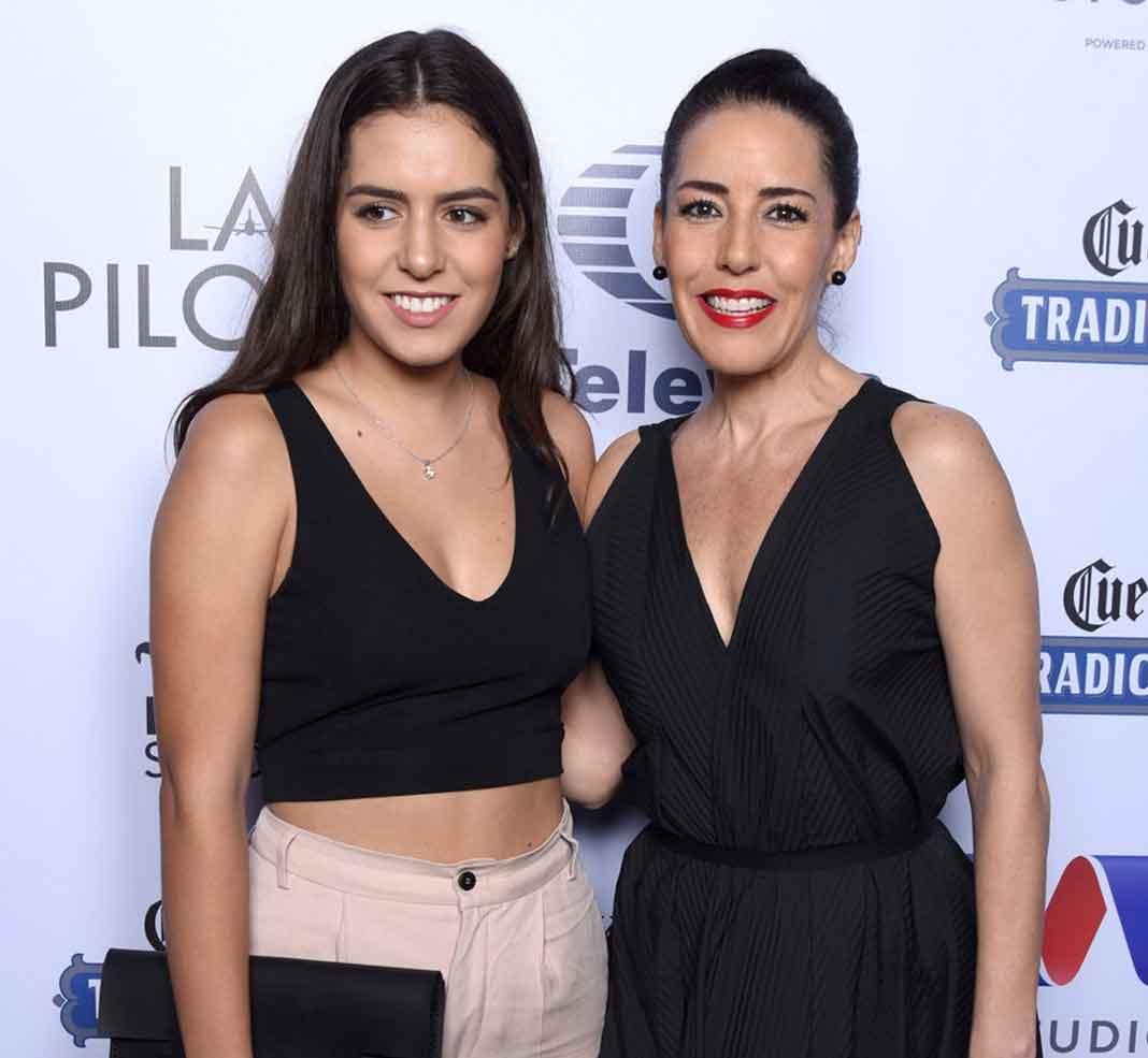 Stephanie Salas con su otra hija Camila, para quien pide respeto, así como para el resto de su familia