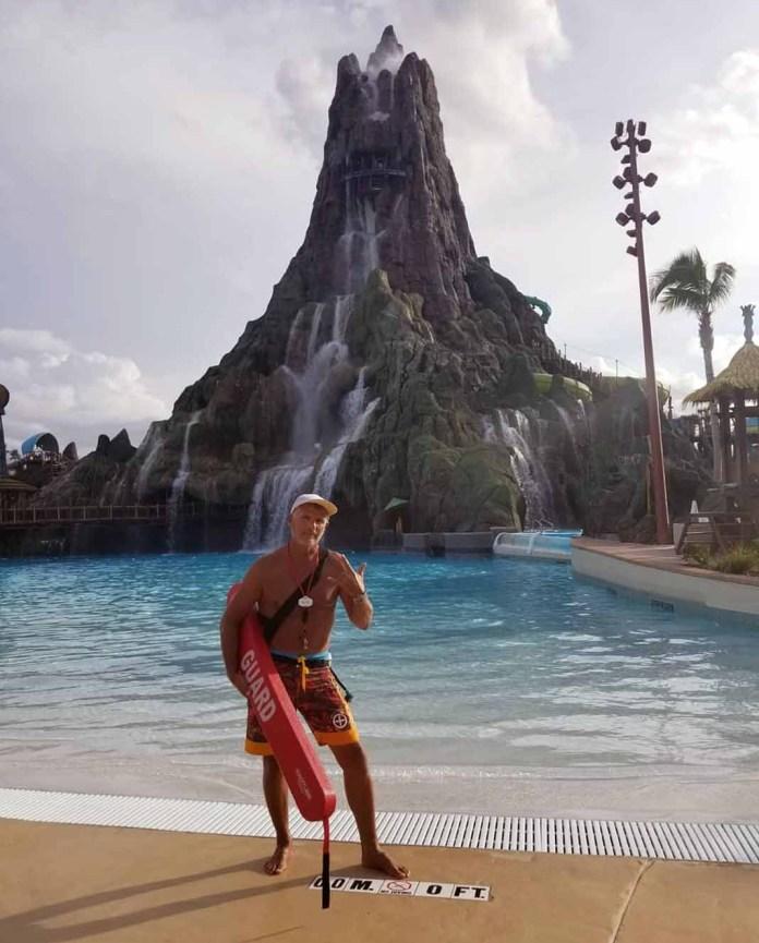 Desde hace 8 meses Soberón trabaja como salvavidas en el parque Volcano Bay de Disney, en Orlando