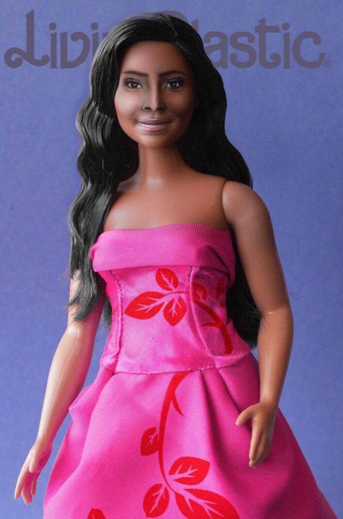 La muñeca es creación del artesano en juguetes Servando Hernández