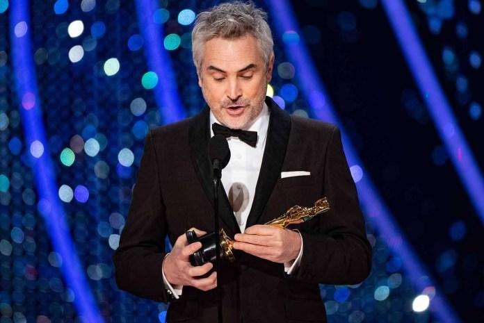 Cuarón recibió el premio a Mejor Director de manos de su compadre Guillermo del Toro