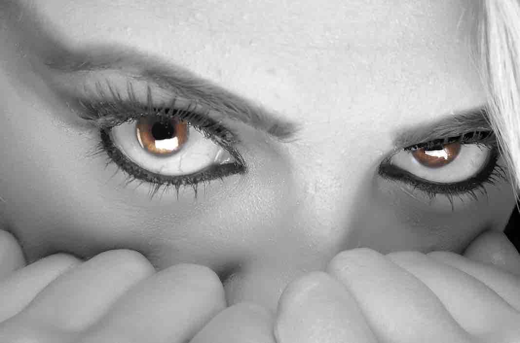 El problema más común es que un ojo tiene más piel que el otro