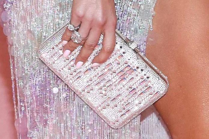 El bolso y los anillos de J.Lo eran perfectos, y como Salma, con uñas sencillas