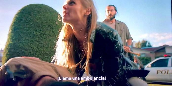 El personaje de Ana Layevska pidió ayuda para el policía herido, mientras el actor la observa asustado