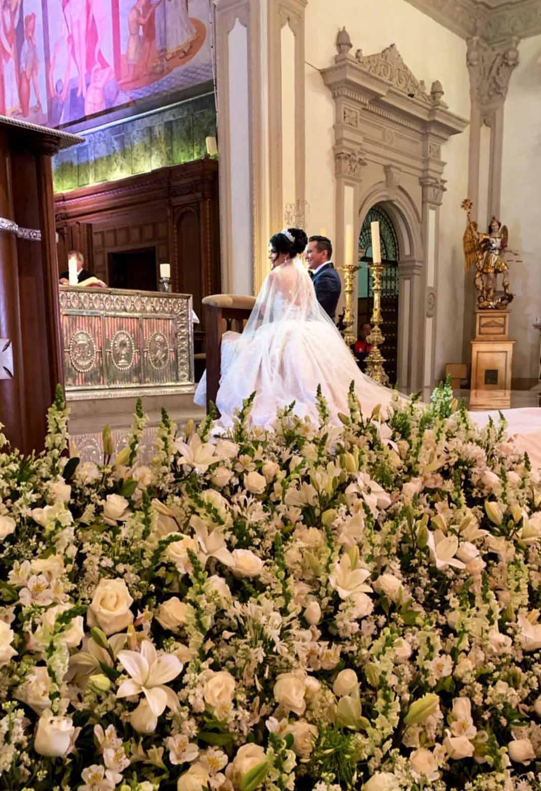 Decenas De Arreglos Florales Adornaron El Altar De La