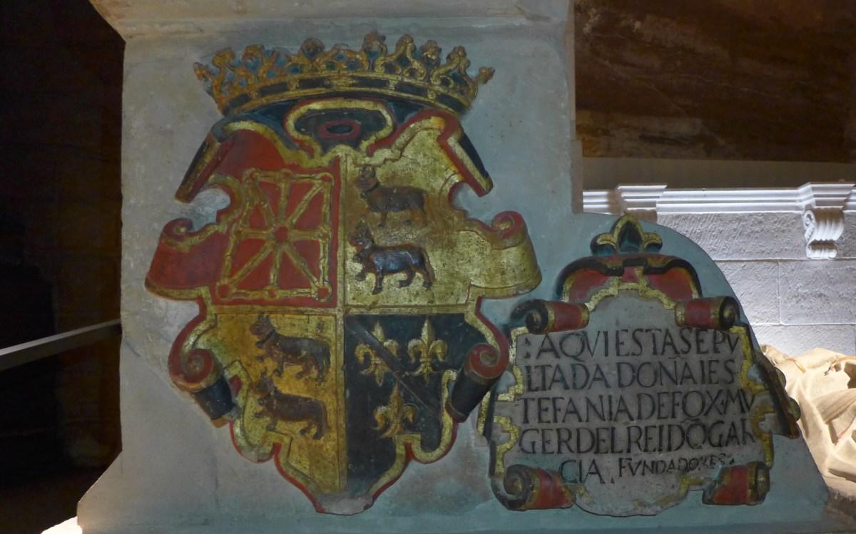 """Aquí esta sepultada Doña Estefania De Foix, muger (mujer) del rei Don García. Fundadores""."