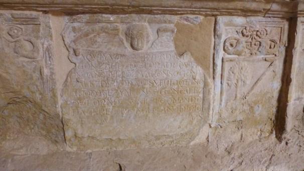 """""""Aqui yace sepultado Gonzalez De Velorado que en Año de 1464 Y Alonso Gonzalez de Velorado ——Año de 1610""""."""