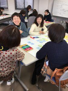笑顔で話し合いをするワークショップ参加者