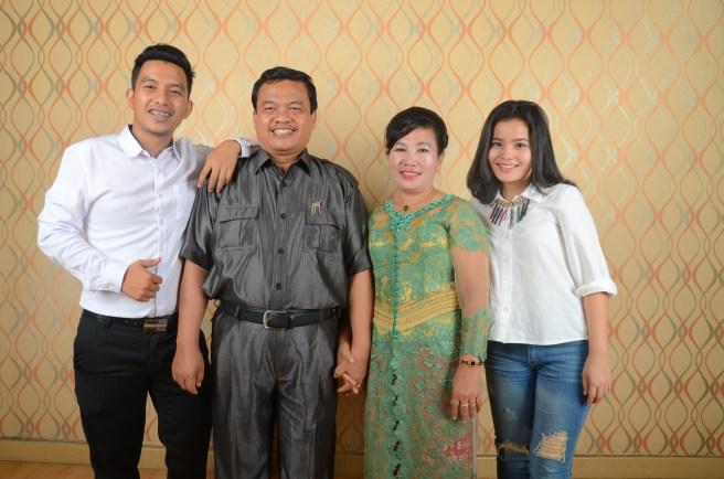Keluarga Aritonang (ki-ka) Jimmy Aritonang (anak) bapa Saut Aritonang ibu Rasmida Siregar dan keponakan -- foto Dok Pribad